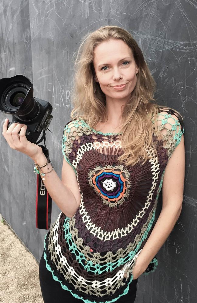 Suezanna Zenani med kamera