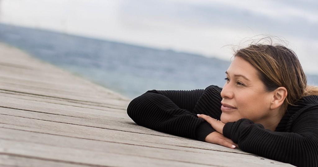portræt af Lenra Simonsen, billedbehandling, photoshoot på strand, smuk kvinde i balance, Zenani