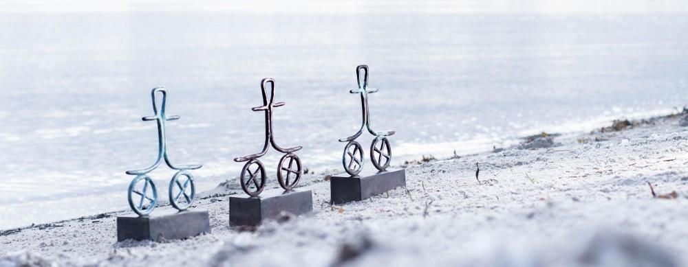 location, portræt af Tina Hee, billedkunstner, kvinde på stranden, skulptur Johannes, Zenani