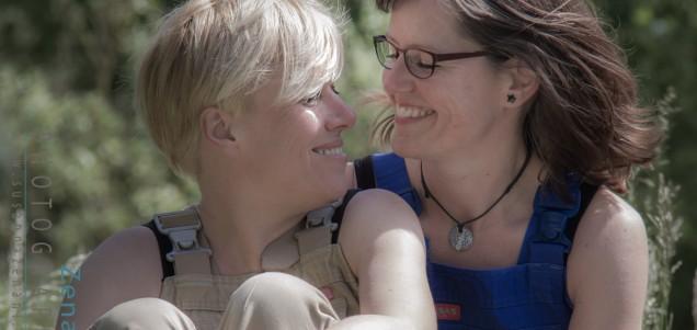 En anderledes bryllups fotografering – To skønne Kvinder, et par overalls & masser af Ler!