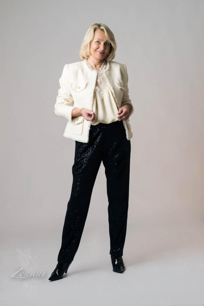 kvinde fremviser designertøj, fotograf Susanna Zenani