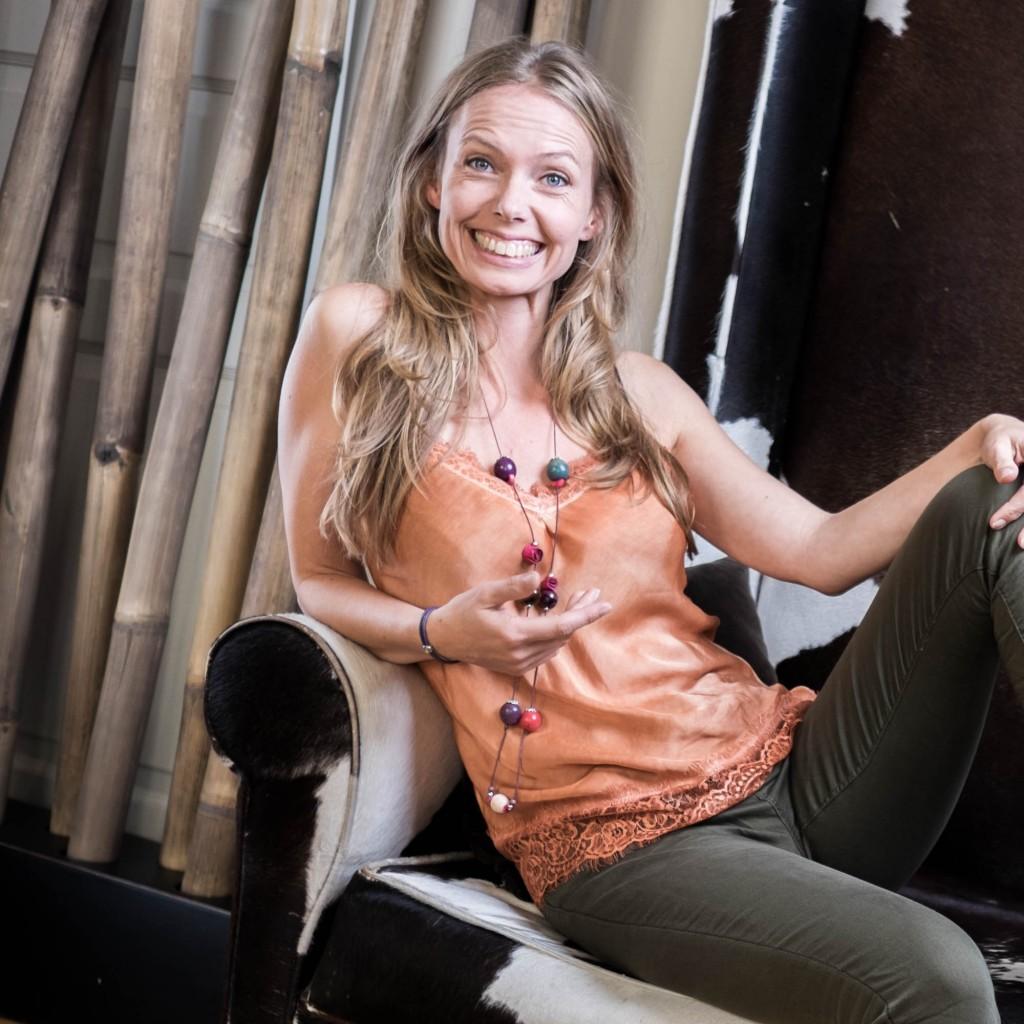 Susanna Zenani, fotograf, sidder og storsmiler