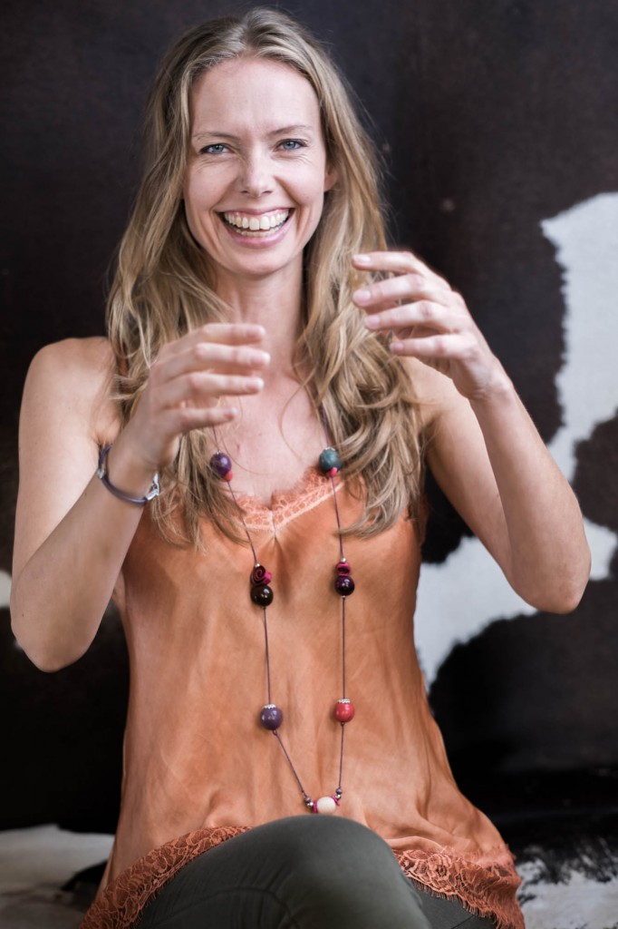 Susanna Zenani, fotograf, sidder og griner