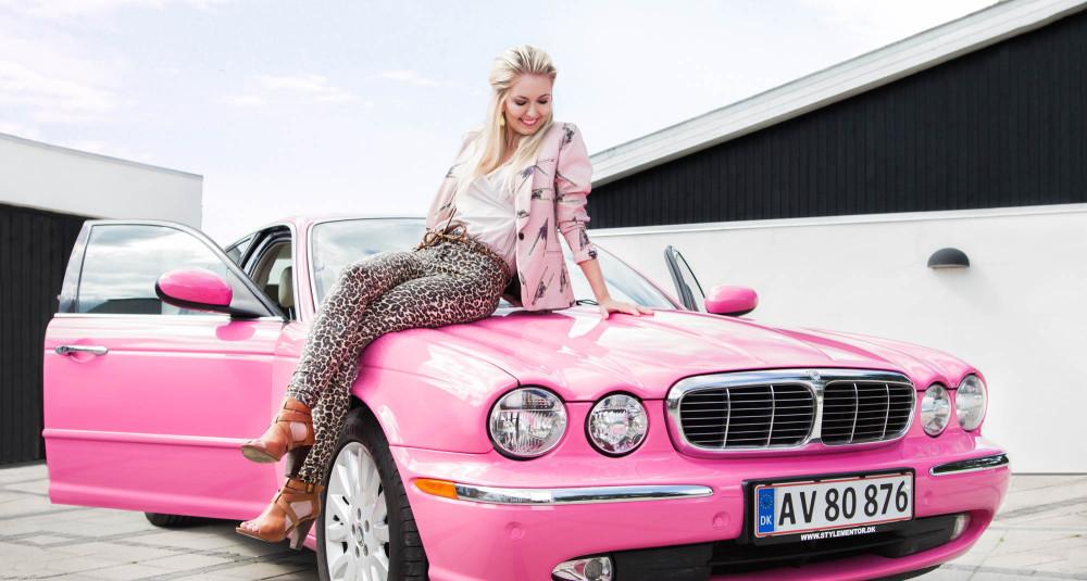 portræt af Maria Schøn, pink jaguar, Stylementor.dk, my passion project, location photoshoot i eget hjem, Zenani