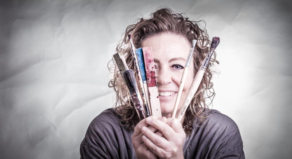 portræt af billedkunstner, kvinde med malerpensler, portrait of woman with paint brushes, zenani